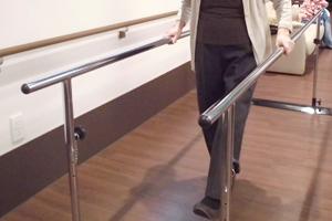 写真:平行棒による歩行訓練